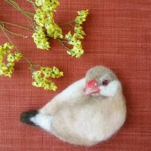 ブローチ風羊毛フェルト絵のシナモン文鳥