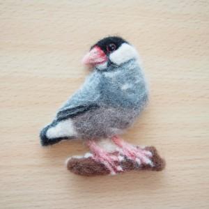 羊毛フェルトブローチの桜文鳥