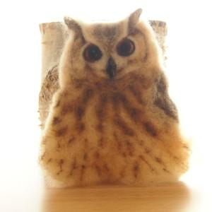 羊毛フェルトブローチのミミズク