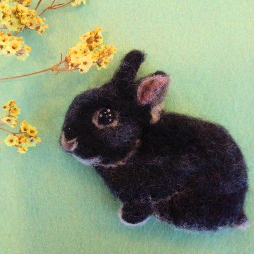 ブローチ風羊毛フェルト絵の平面黒うさぎ