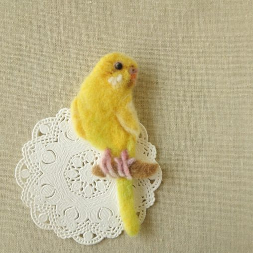ブローチ風羊毛フェルト絵のセキセイインコ